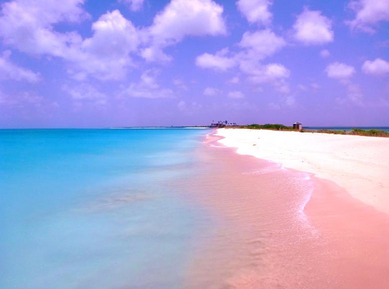 Неземно красиви розови плажове по света, два в Гърция