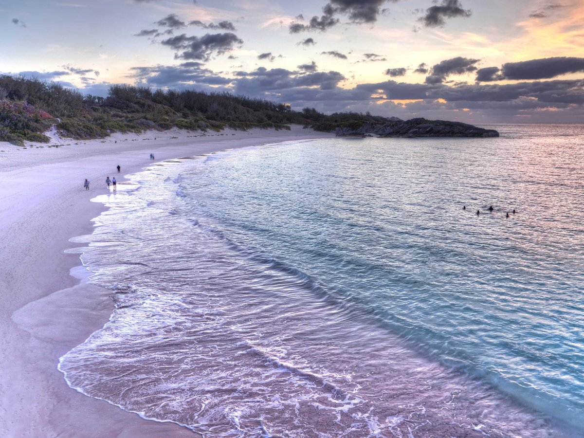 Топ 10 на уникалните розови плажове по света